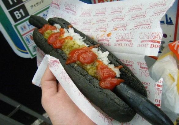 Tento čierny hot dog dlhý približne 30 cm si môžete kúpiť v Japonsku.